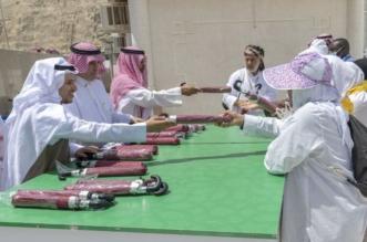 الإشراف الميداني بالمسجد الحرام توزع الهدايا على الحجاج - المواطن