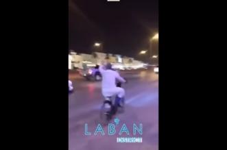 الوليد يتجول بدراجته في حي لبن.. اشترى الليمون والتقط الصور - المواطن