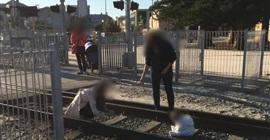 مشهد صادم.. أم تضع طفلها على قضبان قطار لالتقاط صورة - المواطن