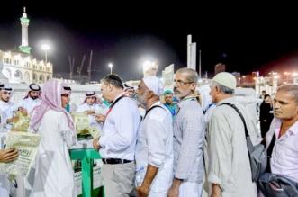 رئاسة الحرمين توزع الهدايا على ضيوف الرحمن - المواطن