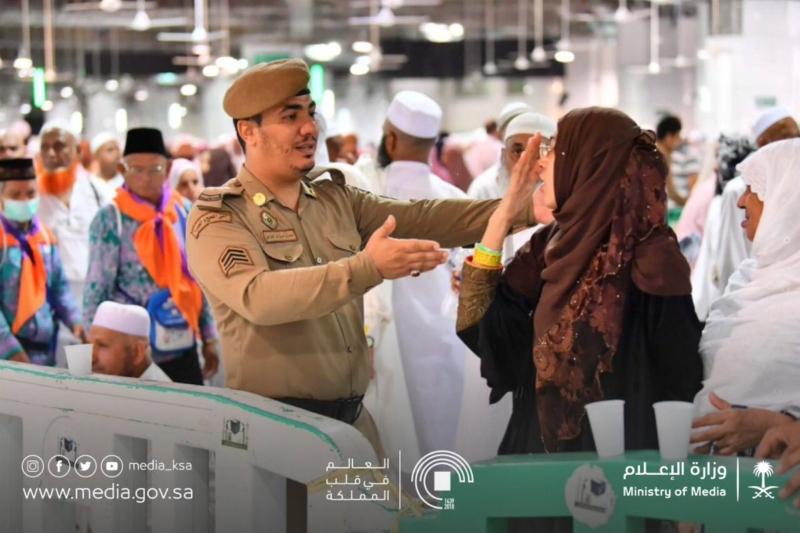 بالصور.. رجال الأمن قلوبٌ تنبض بالتضحية والعطاء في الحج - المواطن