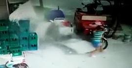 بالفيديو.. لحظة سقوط جدار مبنى ونجاة طفل بأعجوبة - المواطن