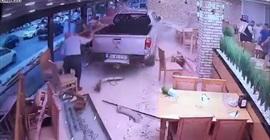 شاهد.. سيارة تقتحم مطعمًا للأسماك وتستقر بين الطاولات! - المواطن