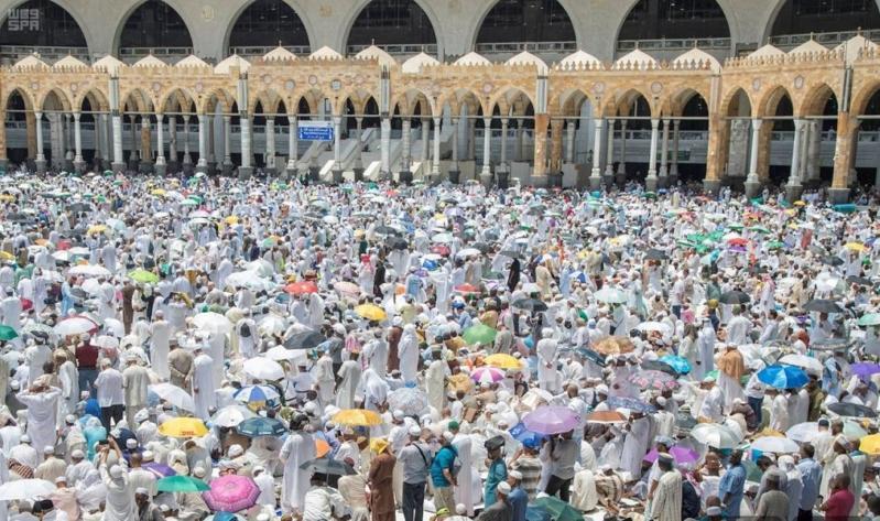 في رحاب المسجد الحرام يحفهم الأمن والسكينة.. ضيوف الرحمن يؤدون صلاة الجمعة