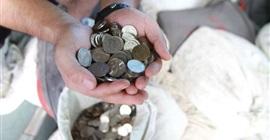 رجل يدفع لطليقته 10 آلاف دولار بالعملات المعدنية! - المواطن