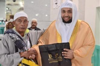 بالصور.. مؤذنو المسجد الحرام يوزعون الهدايا على ضيوف الرحمن - المواطن