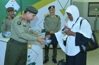 بالحلوى والورود.. مدير الجوازات يودع الحجاج في ميناء جدة - المواطن