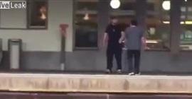 بالفيديو.. مشاجرة كادت أن تتحول إلى حادث دهس في محطة قطار