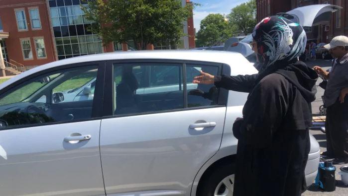 المبتعثون في كندا يستعدون للرحيل.. تجمعوا في ساحة المسجد لبيع متعلقاتهم