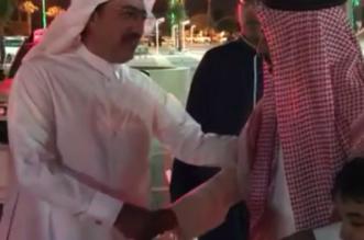 شاهد.. أمين عسير يباشر عمله بزيارة تفقدية لحي الرصراص في خميس مشيط - المواطن