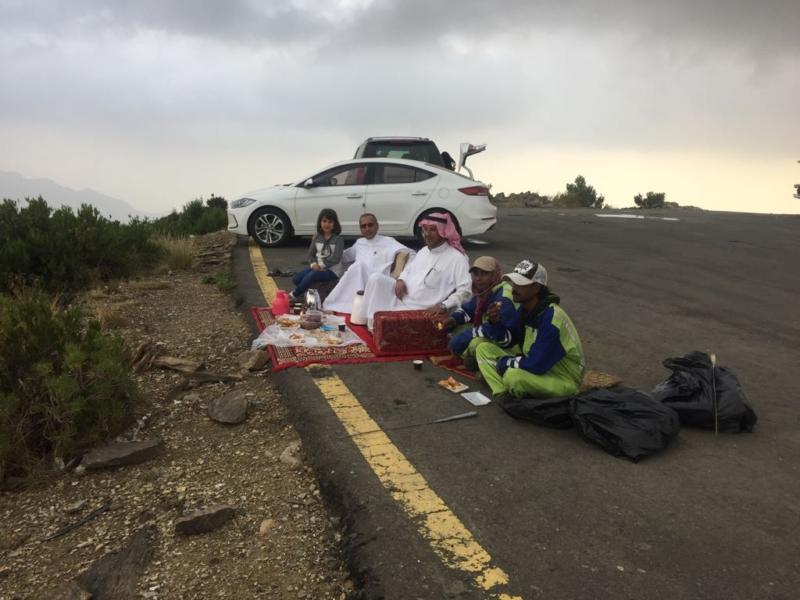 صورة من إنسانية المملكة.. يستضيف عمال النظافة أثناء نزهة عائلية - المواطن
