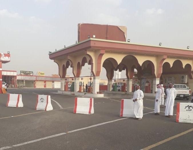 إغلاق محطات الوقود على طريق الساحل يسبب تكدس المركبات