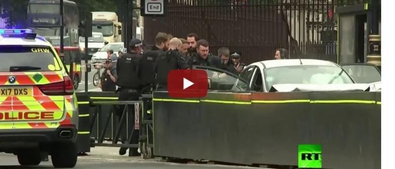 شاهد.. لحظة اعتقال السائق الذي صدم حاجز البرلمان البريطاني بسيارته عمدًا