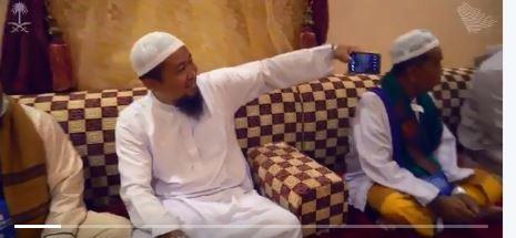 بالفيديو.. مواطن وبناته يستقبلون الحجاج في منزلهم : الفرح كبير