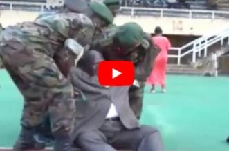 بالفيديو.. مسؤول أفريقي يتعرض لموقف محرج على الهواء أمام مؤيديه - المواطن