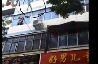 بالفيديو.. تلقي بأطفالها من الطابق الخامس لإنقاذهم من النيرات فتموت حرقًا - المواطن