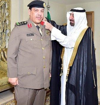 أمير نجران يقلّد مدير مكافحة المخدرات رتبته الجديدة