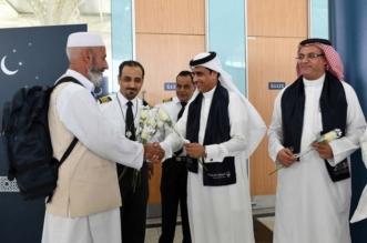 بالصور.. جمرك مطار الأمير محمد بن عبدالعزيز يستقبل ضيوف الرحمن بالورود والهدايا - المواطن