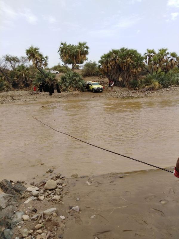 انتشال 8 نساء و3 أطفال احتجزهم السيل في وادي دامس - المواطن