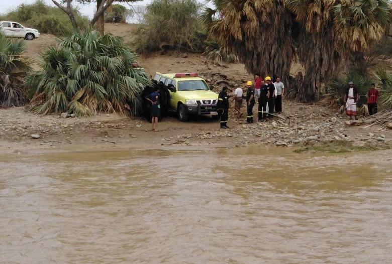 انتشال 8 نساء و3 أطفال احتجزهم السيل في وادي دامس
