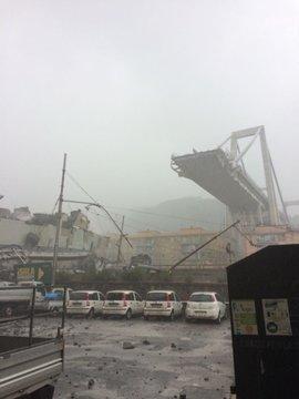 شاهد اللحظات الأولى بعد انهيار جسر للسيارات في جنوى