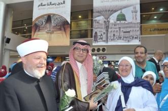 شاهد.. السفارة لدى بيروت تودع الحجاج اللبنانيين بالورود والمصاحف - المواطن