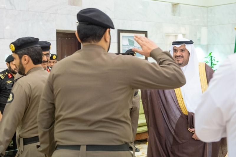 شاهد.. أمير الرياض بالنيابة يكرم عدداً من ضباط وأفراد الشرطة لتفانيهم في الكشف عن قضايا أمنية مهمة - المواطن
