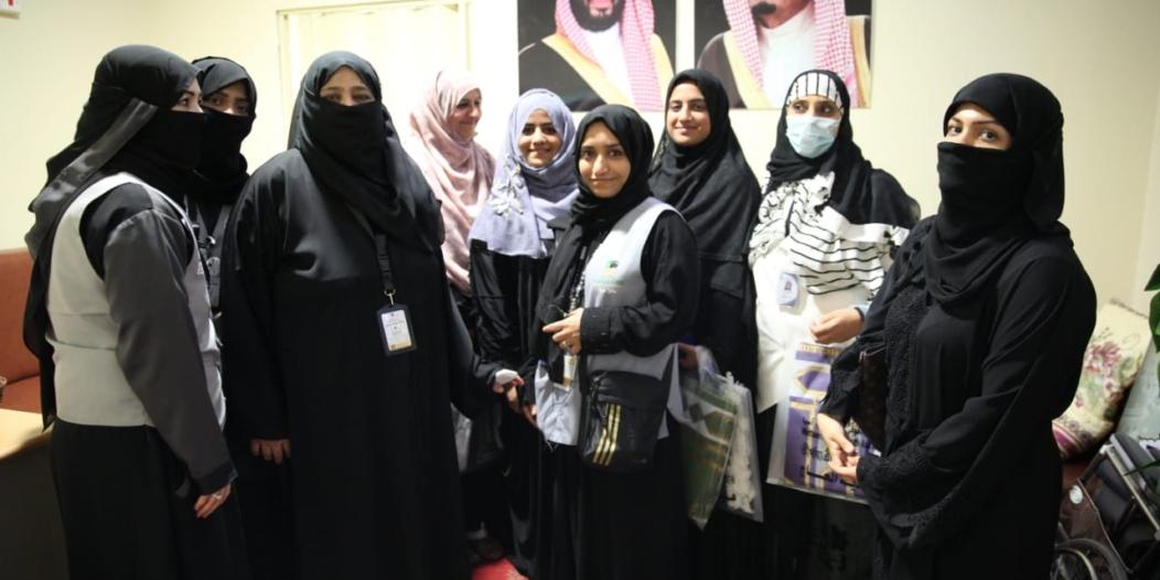 بالصور.. اللجنة النسائية بجنوب آسيا تدير أعمال المؤسسة في المشاعر