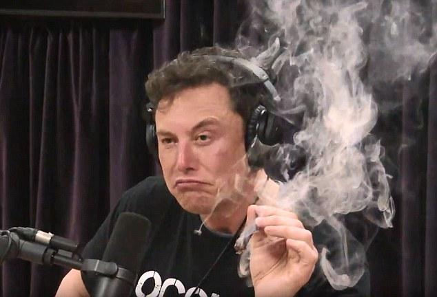 فيديو مستهجن.. الملياردير إيلون موسك يُدخن الماريغوانا على الهواء