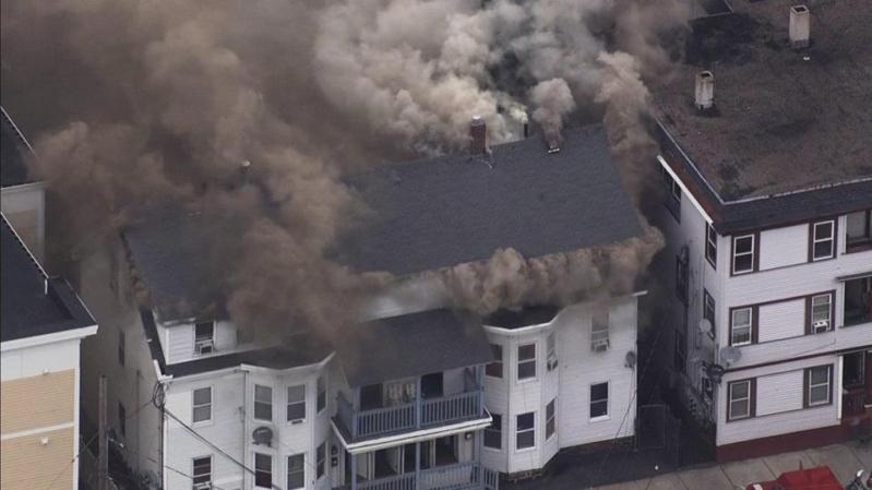 شاهد.. انفجار 70 منزلًا متجاورًا بسبب تسريب الغاز في بوسطن