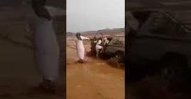 3 شباب ينقذون رجلًا من سيول العلا.. شاهد كيف فعلوها؟ - المواطن