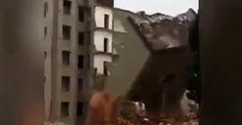 فيديو مروع.. رجل ينجو من الموت بعد انهيار مبنى - المواطن