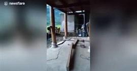 فيديو مروع.. رجل يوثق لحظة انهيار منزله من الداخل - المواطن