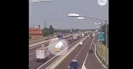 شاهد.. انفجار حافلة وقود على طريق سريع - المواطن