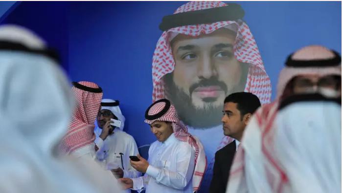 فايننشيال تايمز تقارن بين استثمارات المملكة العملاقة والقزم القطري