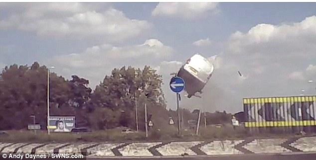 شاهد.. شاحنة تطير في الهواء على طريق سريع! - المواطن