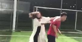 فيديو.. اكتشفت كذبه فأوسعته ضربًا في ملعب الكرة! - المواطن