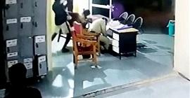 فيديو مروع.. مسجل خطر يضرب شرطيين بفأس داخل قسم شرطة - المواطن