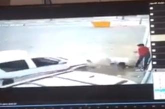 شاهد.. المفحط المستهتر فقد السيطرة على مركبته فدهس وافدًا في الطائف - المواطن