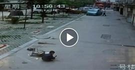 شاهد.. طفل ينجو من الموت بعد تعرضه لدهس مروع - المواطن