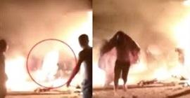 شاهد.. رجل يلقي بنفسه وسط النيران لإنقاذ آخرين - المواطن
