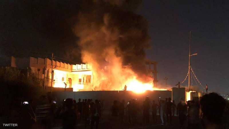 متظاهرون عراقيون يحرقون مقر عصائب أهل الحق ومنظمة بدر في البصرة