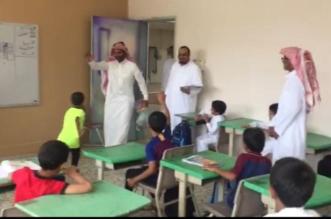 معلم يفاجئ طلابه بزيارة بعد رحيله عن المدرسة.. شاهد ردة فعلهم! - المواطن