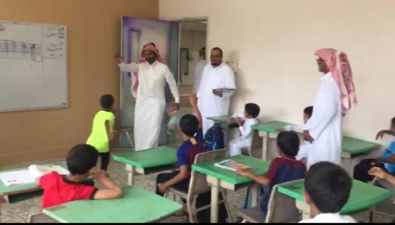 معلم يفاجئ طلابه بزيارة بعد رحيله عن المدرسة.. شاهد ردة فعلهم!