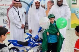 صور مؤثرة.. ابن الشهيد البارقي يتوشح بالعلم أثناء تكريمه بمدرسة ابن الأثير - المواطن