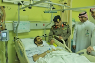 مدير شرطة الرياض يطمئن على صحة اثنين من مصابي الواجب الأمني - المواطن