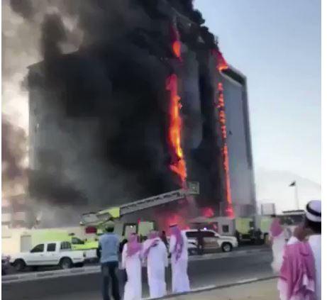 شاهد.. الدفاع المدني يباشر حريقاً هائلاً في مبنى النيابة العامة بالدمام