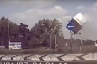 شاهد.. مركبة تطير في الهواء وترتطم بالأرض في عكس الاتجاه - المواطن