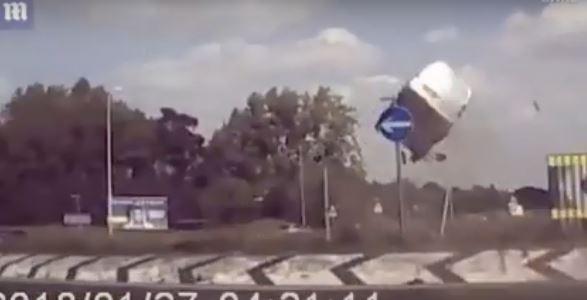 شاهد.. مركبة تطير في الهواء وترتطم بالأرض في عكس الاتجاه