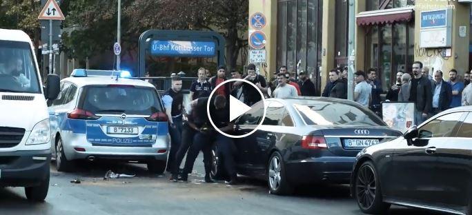 فيديو.. شرطة برلين تتعامل بوحشية مع لاجئ عشريني